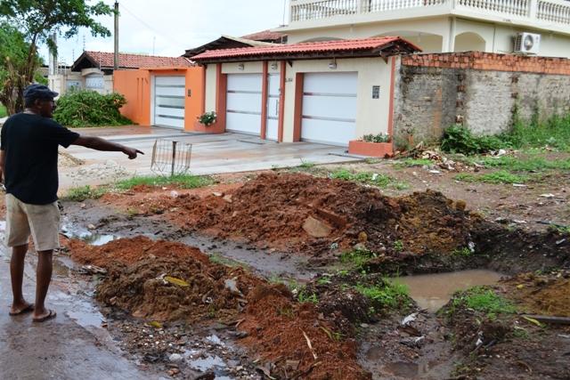 Gesu Lino reclama que um buraco foi deixado prejudicando o trânsito de pedestres no local