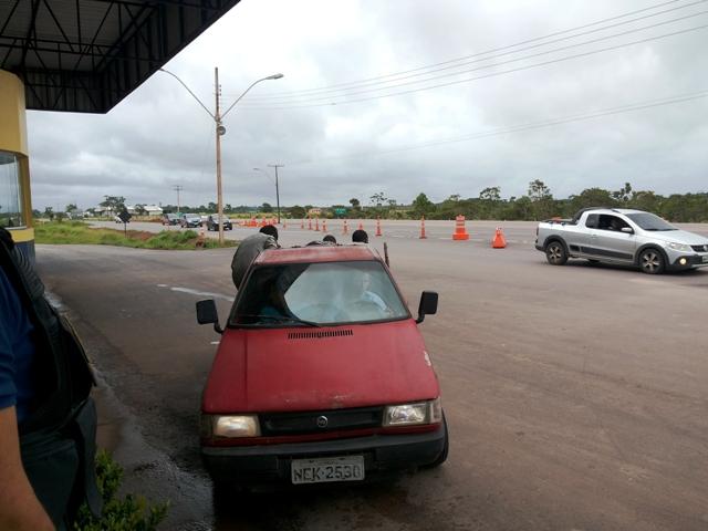 Veículo transportava cinco pessoas na carroceria. Fotos: André Silva