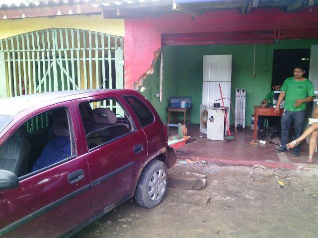 Carro destruiu parcialmente o escritório de uma empresa de refrigeração. Fotos: Olho de Boto