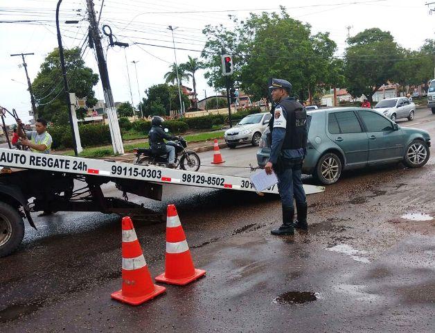 Veículo foi recolhido ao pátio do Detran. Uma das multas aplicadas é de R$ 6 mil