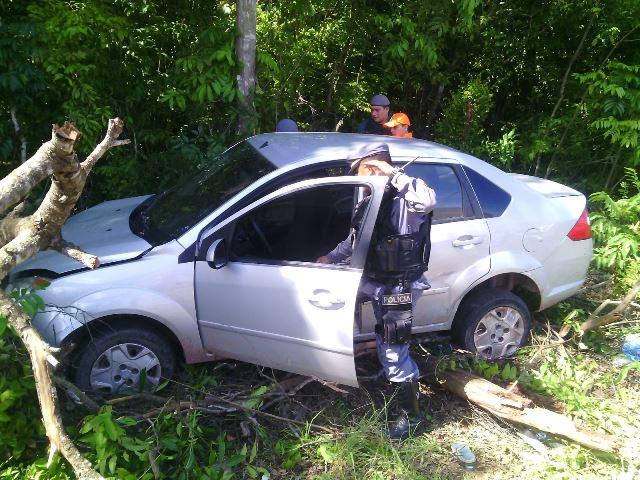 Carro transportava 8 pessoas e era roubado, segundo a PM