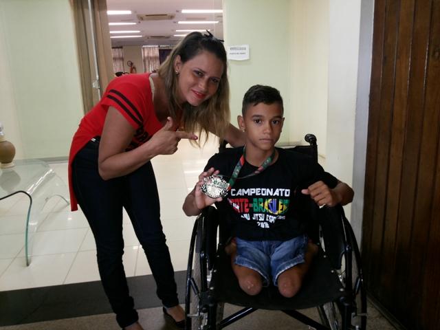 Ao lado da mãe, Lucas, bicampeão de jiu-jitsu no Pará: dificuldades