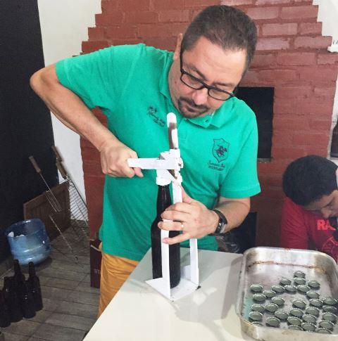 Gilberto Almeida engarrafa sua primeira cerveja