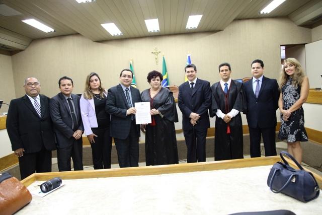 Presidente Suely Pini recebendo o manifesto: o que é novo gera desconforto