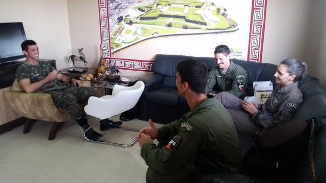 Oficiais conversam com o fim da missão. Ao todo 60 militares