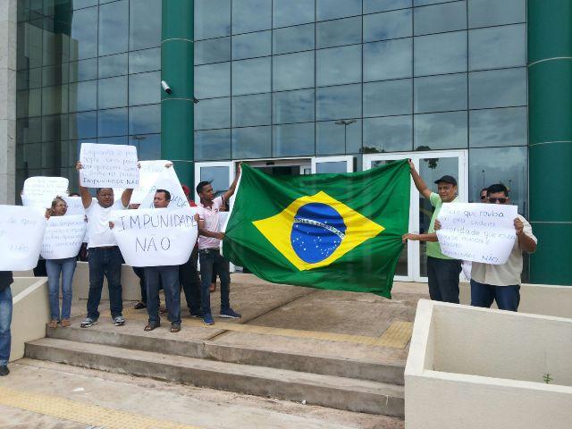 Apenas 30 pessoas compareceram à manifestação. Fotos: André Silva