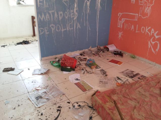 LIvros queimados e colchão na residência. Fotos: André Silva