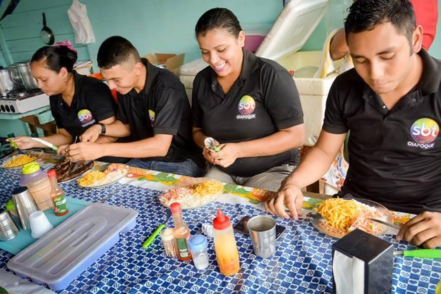 Funcionários do SBT em Oiapoque no intervalo. Fotos: Humberto Baía