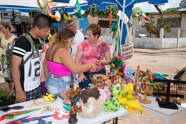Visitantes avaliam produtos. Ótima oportunidade para os artistas