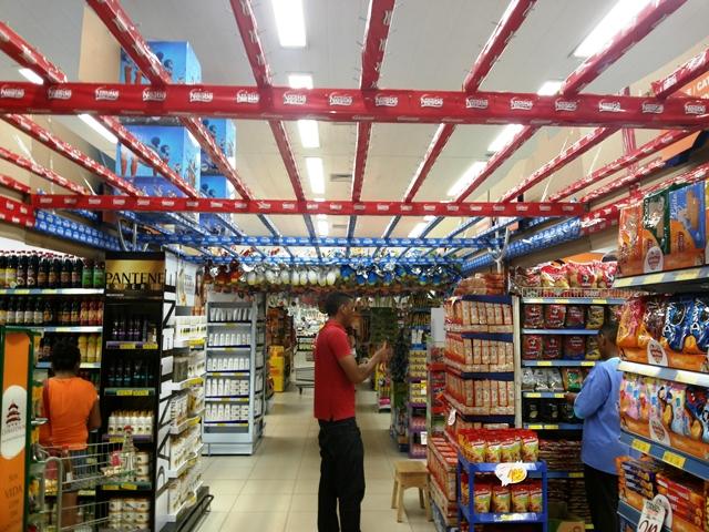 Neste supermercado, agora é que funcionários começando a organizar as opções. Fotos: André Silva