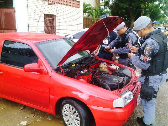Policiais do BRPM analisam características do carro. Fotos: Olho de Boto