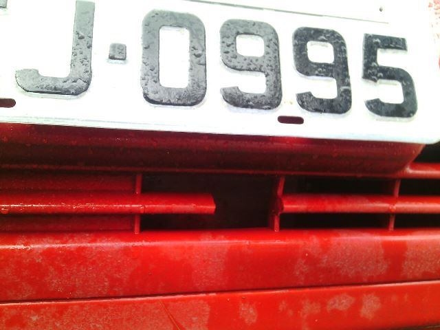 Placa falsa tinha um lacre que não pertence ao veículo