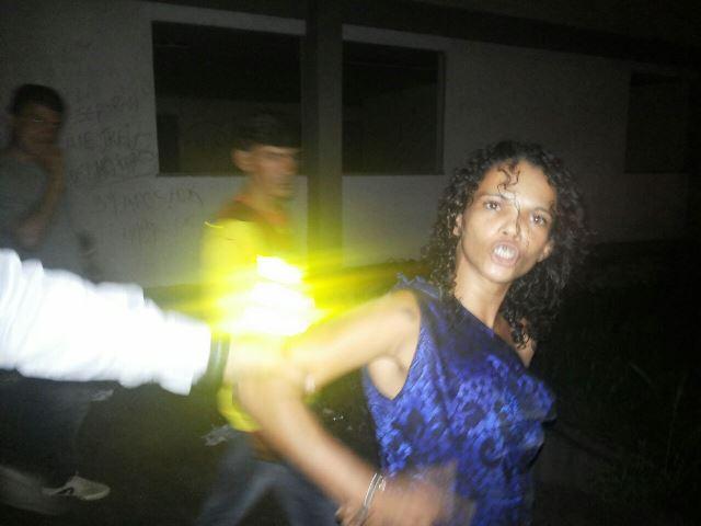 Tainá foi reconhecida pela vítima. Populares tentaram agredi-la. Fotos: André Silva