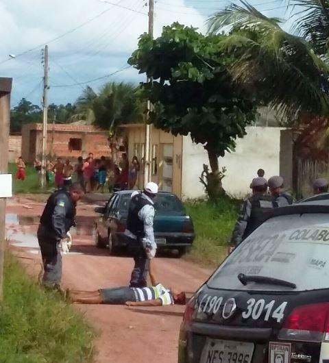 Foto tirada por um morador mostra o bandido gravemente ferido
