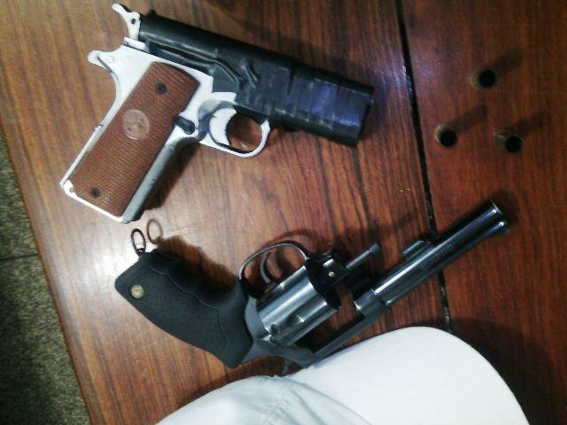 Arma falsa e arma verdadeira encontradas com o bandido morto pela polícia