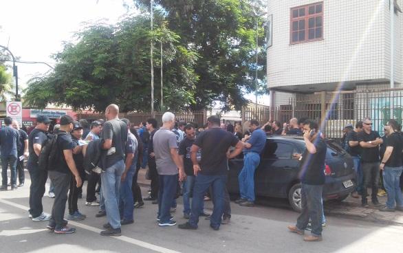 Policiais civis e militares tiveram o apoio de delegados. Foto: Cássia Lima