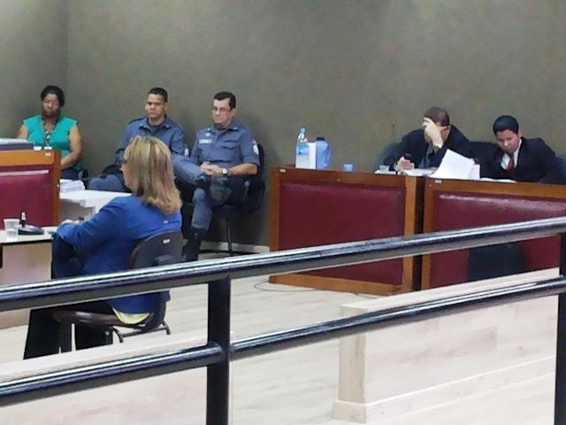 Vítima presta depoimento diante do juiz. Fotos: André Silva
