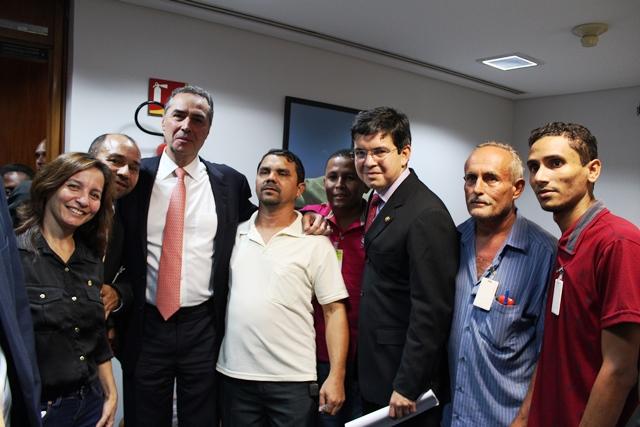 Ministro elogiou a mobilização dos pescadores que mostraram a ele fotos de peixes ovados. Foto: Ascom