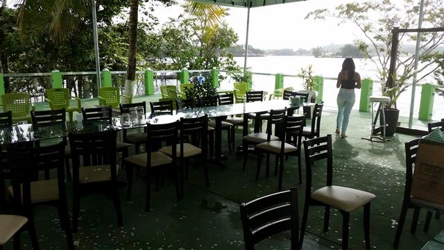 Restaurante e bar na beira do rio