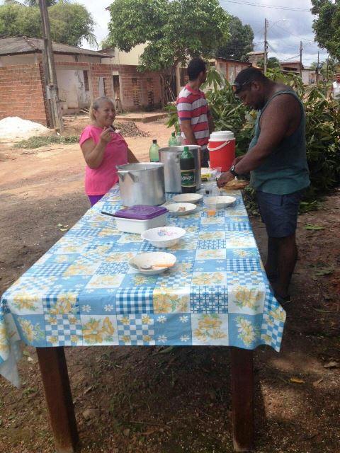 Outros moradores se encarregaram de fazer o almoço