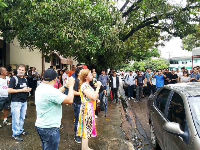 Servidores se revezam em discursos em frente ao prédio onde ocorre a reunião. Fotos: André Silva