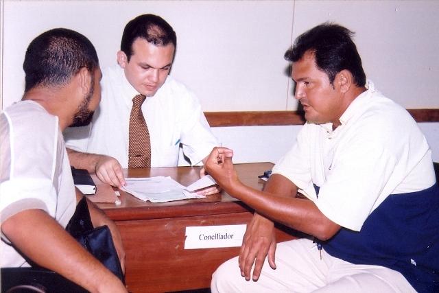Mediador negocia conflito entre partes