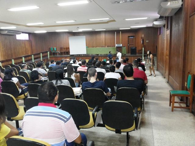 Técnicos e estudantes reunidos no auditório discutem a situação da universidade. Fotos: André Silva