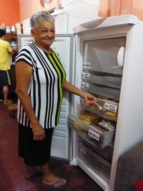 Parte da sala virou cozinha e abriga os freezeres com chopp