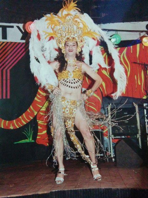 Show do transformista Arthurzinho no palco do Cabaret Safari no Concurso Gala Gay