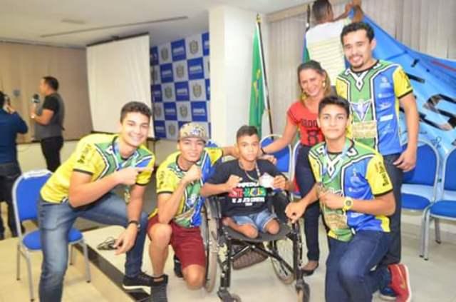 Lucas voltando campeão para casa ao lado de Venilton Teixeira