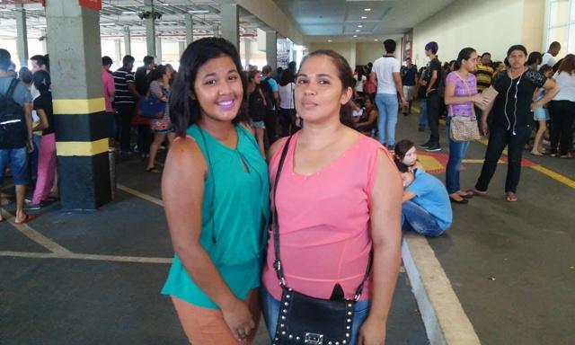 Nina Marinho e filha aguardando atendimento
