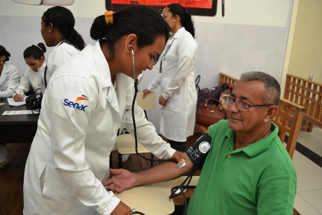 População vai receber atendimento de verificação da pressão arterial e corte de cabelo pelo Senac. Fotos: SECOM