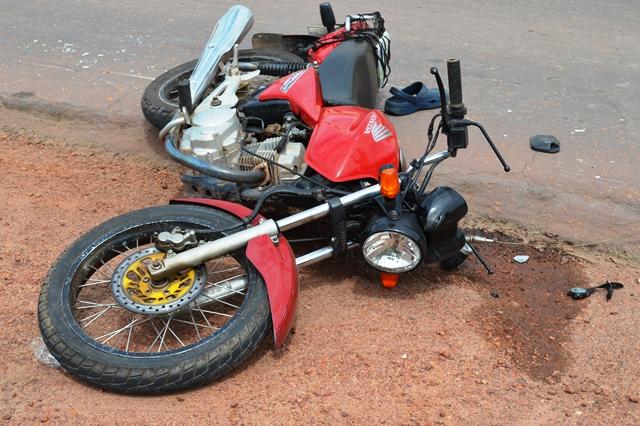 Moto ficou jogada no acostamento. Motorista da carreta disse que não percebeu quando derrubou o idoso. Fotos: Belair Júnior