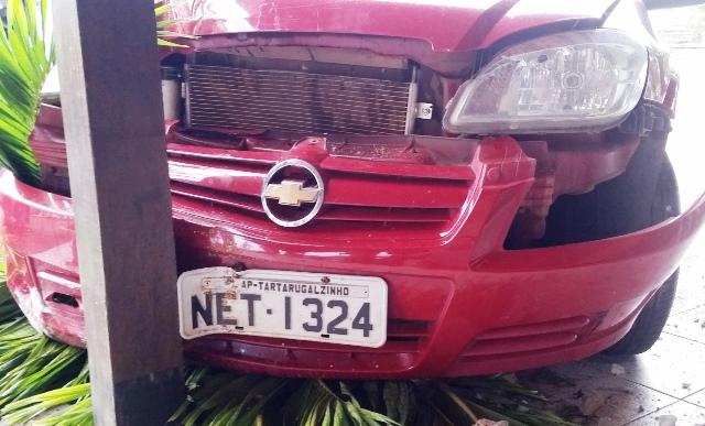 Calçada e pilastra impediram que o carro entrasse no prédio. Fotos: Seles Nafes