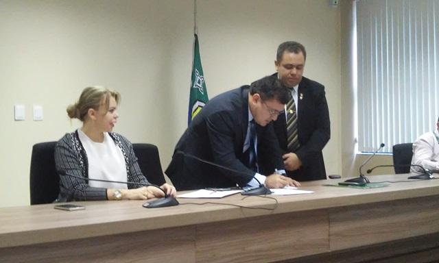 Procurador geral em exercício do MP, Márcio Augusto Alves, assina recebimento da representação