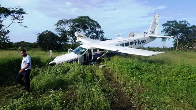 Avião tocou o solo bruscamente e derrapou de lado