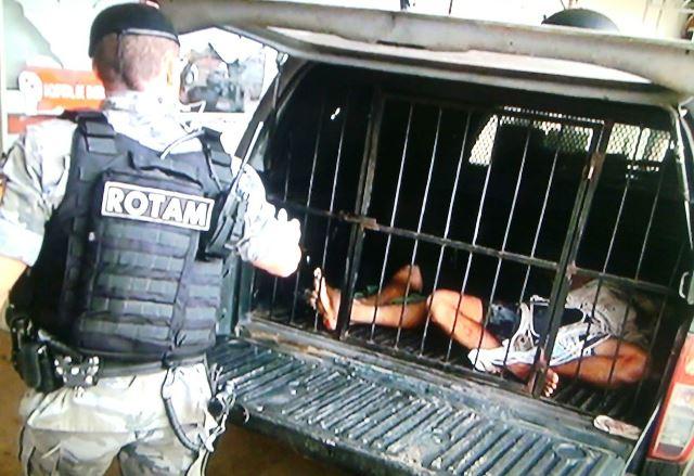 Policiais levaram os bandidos para o Hospital de Emergência, onde já chegaram mortos. Fotos: Olho de Boto