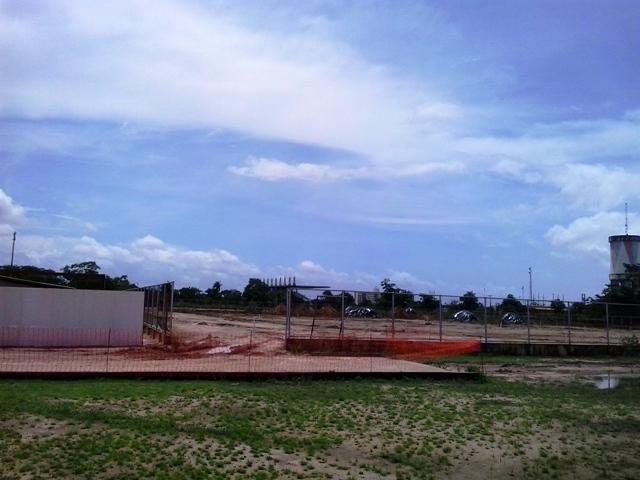 Campo de futebol em construçāo vai contar com pista de atletismo