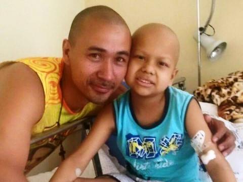 e o filho Carlos Daniel durante tratamento em SP