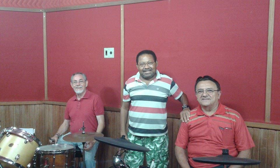 Em estúdio de gravaçāo com amigos músicos
