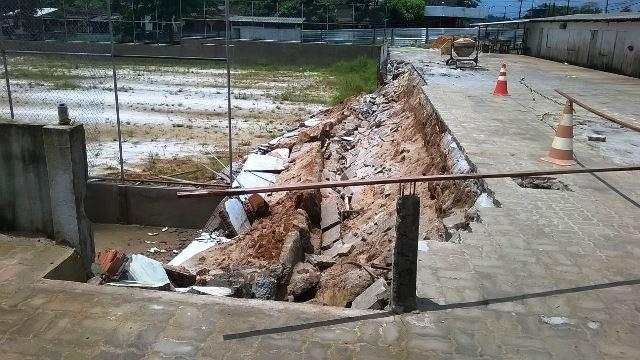 Muro de contenção da calçada desabou. Fotos: Humberto Baia