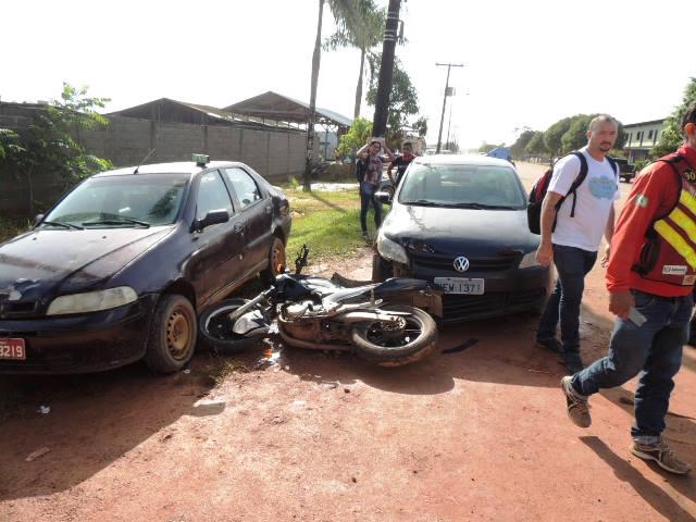 Moto foi jogada contra dois carros em uma oficina. Fotos: Humberto Baía
