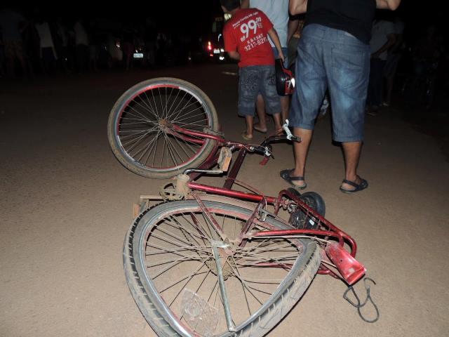 O índio trafegava pelo acostamento de bicicleta. Fotos: Humberto Baía
