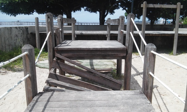 Playground danificado representa perigo para as crianças