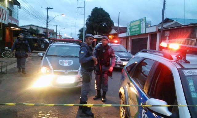 Polícia isolando o local para as negociações. Fotos: Olho de Boto