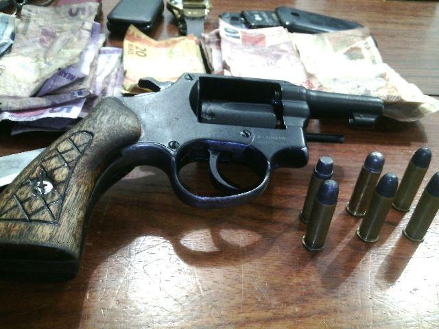 Arma de fogo usada pelos assaltantes: um tiro falhou