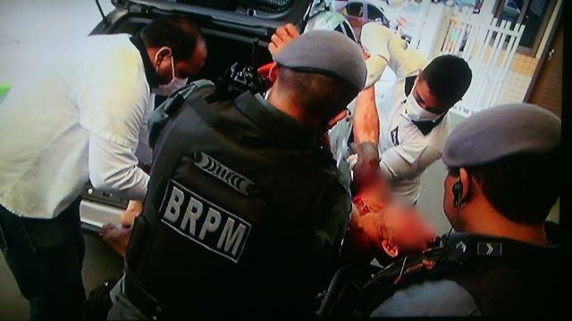 Caloi é socorrido por policiais e equipe do HE. Fotos: Olho de Boto