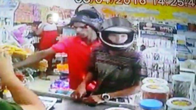 Léo e o comparsa agiram tranquilamente e ainda assaltaram clientes. Foto: reprodução vídeo