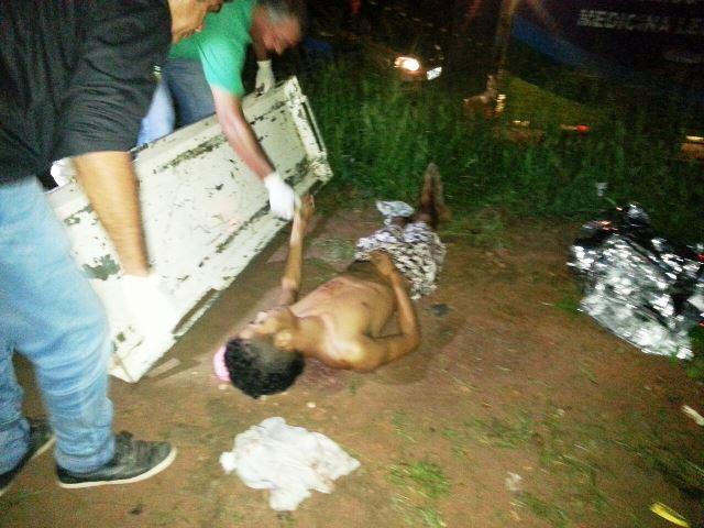Fieis de uma igreja oram pela vítima e tentaram salvá-la carregando-o pelo ramal. Fotos: Olho de Boto