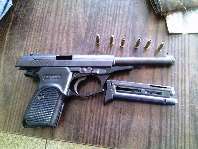 Pistola calibre 22 apreendida com Franck Serrão. Fotos: Olho de Boto